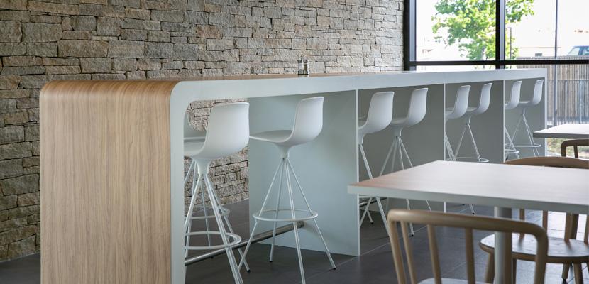 table haute salle de restaurant siège LNA Santé