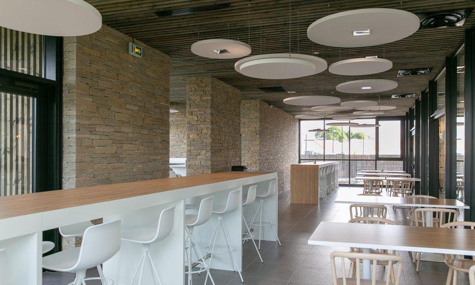 Agencement siège social LNA Santé vertou salle restaurant vue d'ensemble